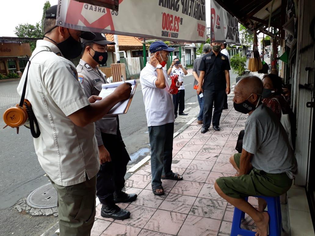 Penegakan Protokol Kesehatan Covid-19 Dan Pembagian Masker Di Wilayah Kecamatan Kraton