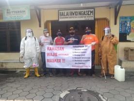 Penyemprotan Desinfektan Di Wilayah Kemantren Kraton.